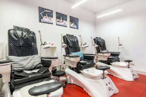 Кресла для педикюра в маникюрном салоне ПАЛЬЧИКИ на Бауманской